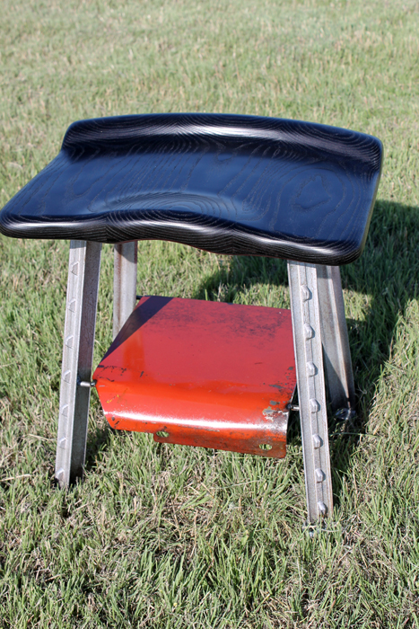 Short T-Bone Stool / Black and red